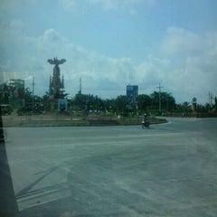 Photo taken at Bundaran Meriam by Pramudyana A. on 5/22/2012