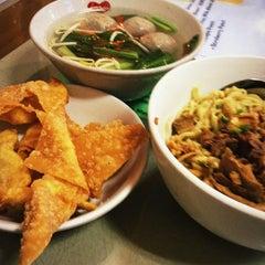 Photo taken at Mandala Chinese Restaurant by Yuniko A. on 4/29/2012