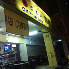 Photo taken at Restoran Makanan Thai Asli / Om Fruit Juice by Syahiid S. on 3/17/2012