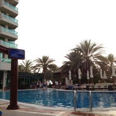 Photo taken at Hilton Dubai Jumeirah Resort by Jaeyoung L. on 5/29/2012