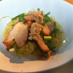 Photo taken at บะหมี่ไข่ลุงเฉื่อย (Lung Cheay Egg Noodles) by Boonvet C. on 7/5/2012