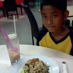 Photo taken at Restoran Bawang Merah by Nurasyima I. on 9/24/2011
