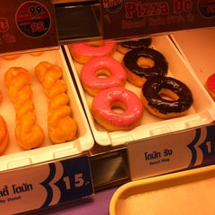 Photo taken at Mister Donut (มิสเตอร์ โดนัท) by Phatcharanicha P. on 8/21/2012