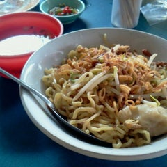 Photo taken at Mie Pansit Ujung Sunggal by Ahman D. on 1/22/2012