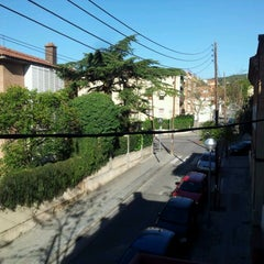 Photo taken at Feetup Garden House Hostel Barcelona by Robert K. on 4/7/2012