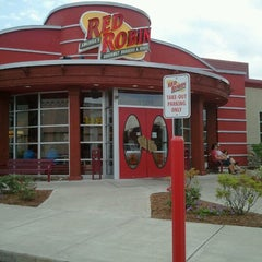 Photo taken at Red Robin Gourmet Burgers by Eric C. on 6/10/2012