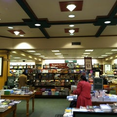 Photo taken at Barnes & Noble by Liran H. on 4/16/2011