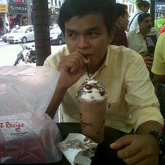 Photo taken at Gloria Jeans Coffees by Muhammad A. on 9/11/2011