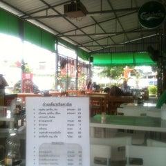 Photo taken at เพื่อนกิน by Saran Y. on 7/31/2012