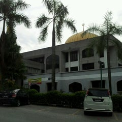 Photo taken at Masjid Saidina Abu Bakar As-Siddiq (مسجد سيدنا ابو بكر الصديق) by Termizi S. on 11/6/2011