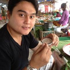 Photo taken at ตลาดโก้งโค้ง บ้านแสงโสม (Talard Kong Khong) by Sompob Krab L. on 1/28/2012