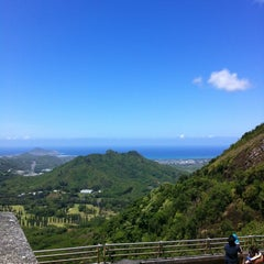 Photo taken at Nuʻuanu Pali Lookout by Bonny P. on 5/13/2012