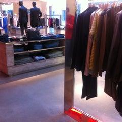 Das Foto wurde bei HUGO Store von Tango am 3/20/2012 aufgenommen