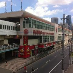 Photo taken at 延安西路地铁站 | W. Yan'an Rd. Metro Stn. by Shunitsu M. on 7/22/2012