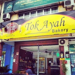 Photo taken at Tok Ayah Bakery (Roti Naik) by Irwan A. on 8/29/2012
