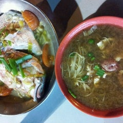Photo taken at Seng Kee Black Herbal Chicken Soup 成基黑鸡补品 by Gie on 11/11/2011