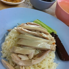 Photo taken at หงษ์ฟ้า ข้าวมันไก่ตอนไหหลำ by Nuinhui M. on 6/10/2012