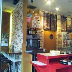 Photo taken at Stand Deli Cafe & Bar Bon Bonne by Yoshikazu M. on 6/19/2012
