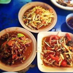 Photo taken at ส้มตำแยกเพลินจิต by Jirawan T. on 8/17/2012