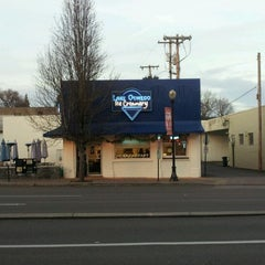 Photo taken at Lake Oswego Ice Creamery by Jeff W. on 1/2/2012