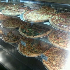 Photo taken at Pizza Heure de Pointe by Robin M. on 5/3/2012