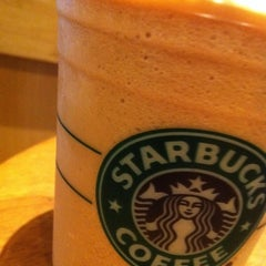 Photo taken at Starbucks (สตาร์บัคส์) by Piscess W. on 12/24/2010