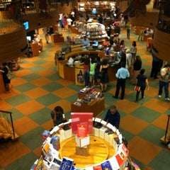 Photo taken at Livraria Cultura by Junior T. on 4/8/2012