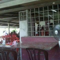 Photo taken at Kuih Udang + Nasi Ayam Tepi Padang,semenyih by Hasniza A. on 3/6/2012