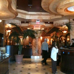 Photo taken at The Cheesecake Factory by Tomomo N. on 9/15/2011