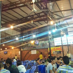 Photo taken at Lẩu dê Toàn Trí by Feng H. on 9/9/2012