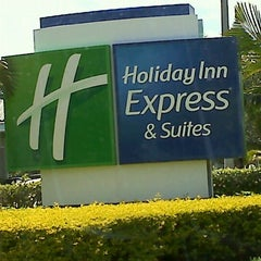 Photo taken at Holiday Inn Express & Suites Ft. Lauderdale Airport/Cruise by Mr. Bob D. on 5/27/2012