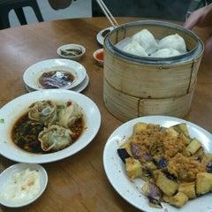 Photo taken at Swee Choon Tim Sum Restaurant 瑞春點心拉麵小籠包 by Gerald on 12/9/2011
