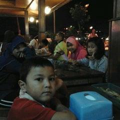 Photo taken at Irfan Tomyam Seafood by Samiha Y. on 1/16/2012