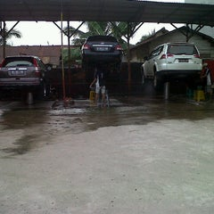 Photo taken at Istana Steam Car Wash by Tezar Milano N. on 6/3/2012