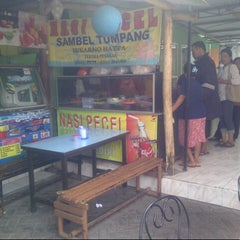 Photo taken at Nasi Pecel Sambel Tumpang by Arie D. on 8/29/2012