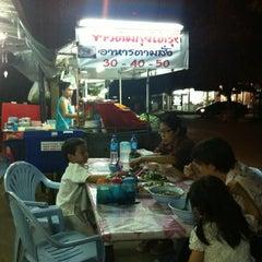 Photo taken at ข้าวต้มกุ๊ยโต้รุ่ง by Ong Ka-Choozz on 2/29/2012