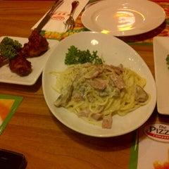 Photo taken at The Pizza Company (เดอะ พิซซ่า คอมปะนี) by Khunnai S. on 1/24/2012