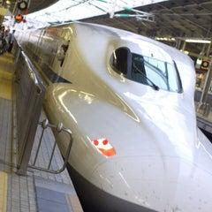 Photo taken at JR 新大阪駅 25-26番線ホーム by tisonishi on 7/28/2012