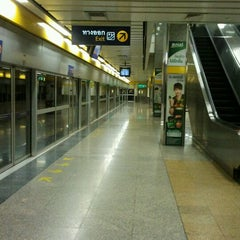 Photo taken at MRT พหลโยธิน (Phahon Yothin) PHA by Pon U. on 5/3/2012