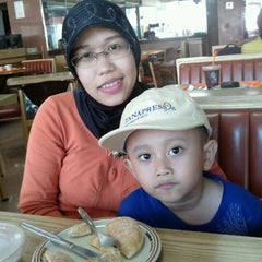Photo taken at Dunkin Donuts by Erlina Kartikasari R. on 12/30/2011