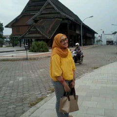 Photo taken at Nasi kuning begadang by indra o. on 4/29/2012