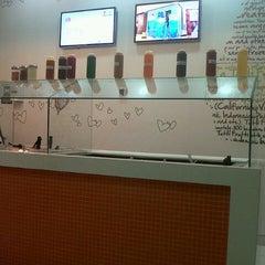 Photo taken at Tutti Frutti Frozen Yogurt by Lali E. on 8/19/2012