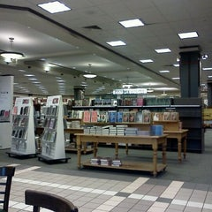 Photo taken at Barnes & Noble by Young Kyu W. on 12/31/2011