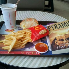 Photo taken at McDonald's & McCafé (แมคโดนัลด์ & แมคคาเฟ่) by Gift A. on 4/6/2012