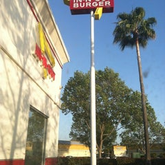 Photo taken at In-N-Out Burger by Jahmaad W. on 5/6/2012