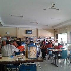 Photo taken at Rumah Makan Taman Sari by Unggul K. on 8/7/2012