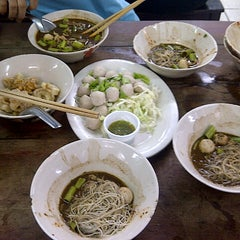 Photo taken at เรือทอง (Rue Thong Boat Noodle) by Gypfiie l. on 8/16/2012