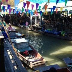 Photo taken at ตลาดน้ำตลิ่งชัน (Taling Chan Floating Market) by Replay T. on 4/15/2012