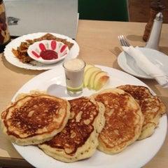 Photo taken at Atlas Pancakes by Armin P. on 8/26/2012