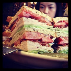 Photo taken at Langer's Delicatessen-Restaurant by Victor H. on 8/4/2012